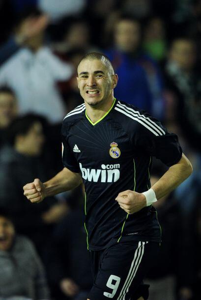 Y con sólo cuatro minutos de diferencia, Benzema marcó el segundo, marca...