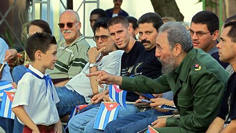 Cuban president Fidel Castro (2nd R) talks with Elian Gonzalez (L), 14 J...