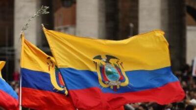 Peregrinos y banderas ecuatorianas en la Plaza de San Pedro.