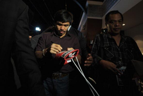 El filipino firmó autógrafos al salir de la conferencia de prensa.