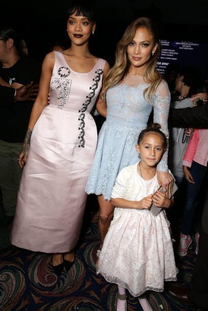 Jennifer posó con su co-estrella, la cantante Rihanna, y su otra nena, E...
