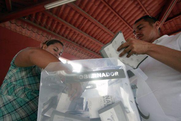 Funcionarios de casilla abren las urnas para comenzar el recuento de votos.