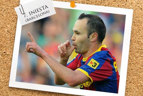 Junto a él, está el español Andrés Iniesta.