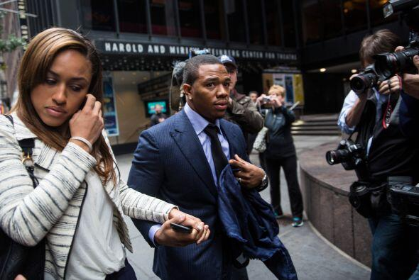 Septiembre 8 - Ray Rice golpea a su entonces prometida y es suspendido d...