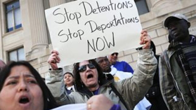 Activistas marchan para pedirle al gobierno de Barack Obama que detenga...