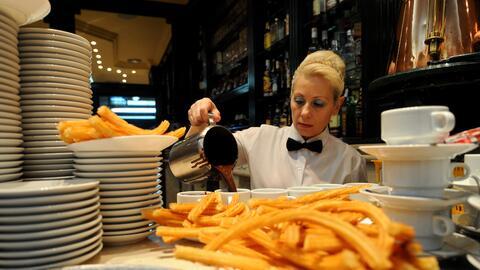 Los trabajadores que reciben propinas, como las camareras, sufren nivele...