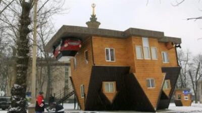 Moscú ya tiene su propia casa 'al revés' que es visitada día a día por c...
