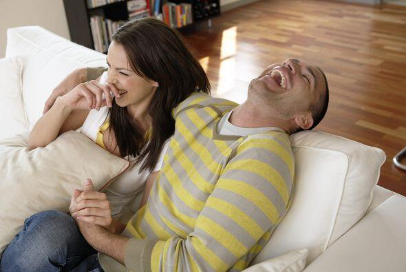 Propicia reír más con tu pareja, pueden ver una película, videos gracios...