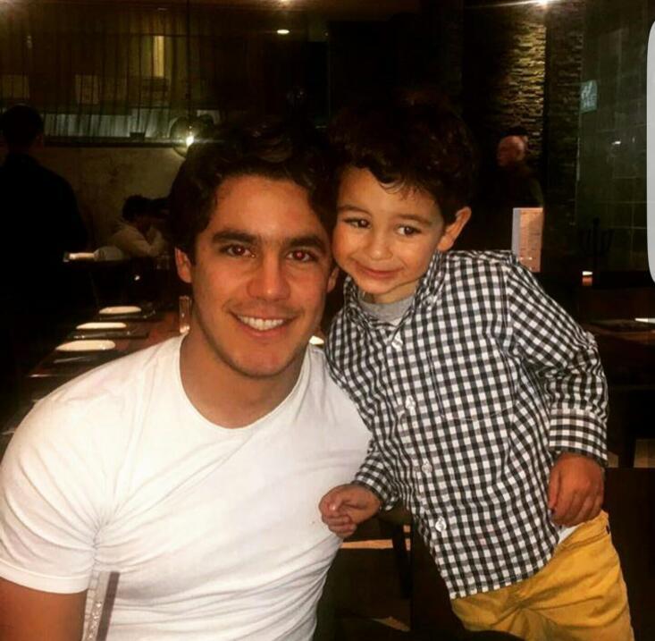 Eduardo Jr. posa sonriente con su pequeño hermano.