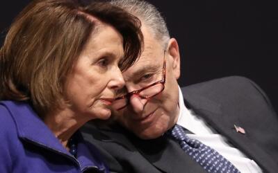 Los líderes demócratas Chuck Schumer (d) y Nancy Pelosi (i...