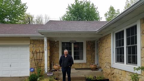 Ansurio Miramontes en la puerta de su casa de Indianapolis durante una v...