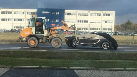 El conductor transitaba carreteras de Wolfsburgo cuando cayó en u...