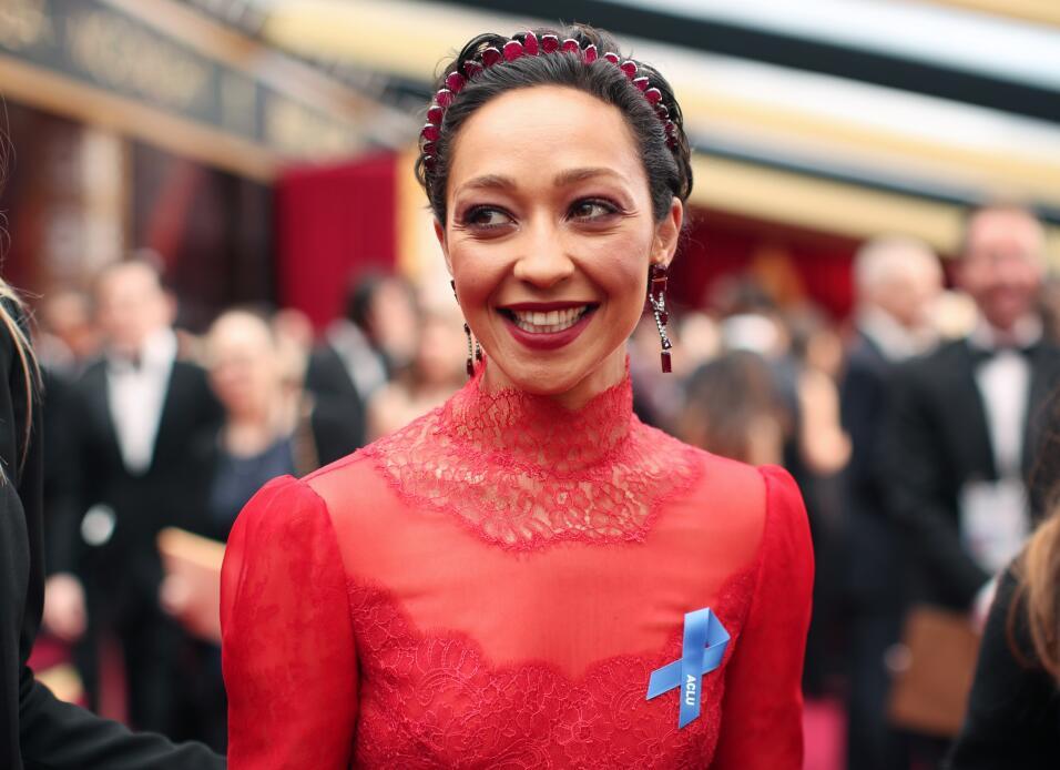 Actores, presentadores e invitados lucieron un listón azul a su paso por...