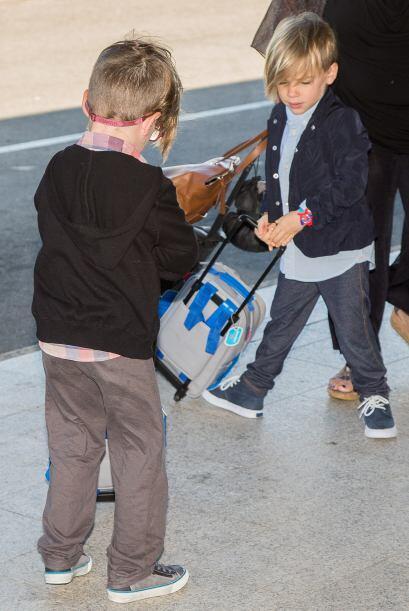 Los nenes muy atentos a su equipaje. Más videos de Chismes aquí.
