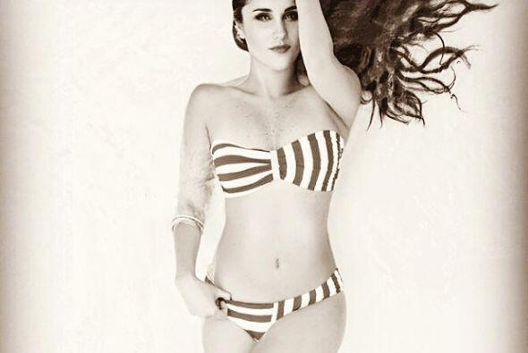 Posando en bikini para una revista. ¡Hermosa!