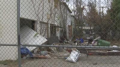 Residentes de Van Nuys expresan su preocupación por edificio deshabitado del que se apoderaron indigentes