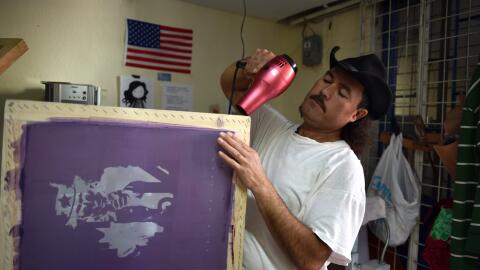 Un ciudadano mexicano deportado de Estados Unidos, trabaja en la organiz...