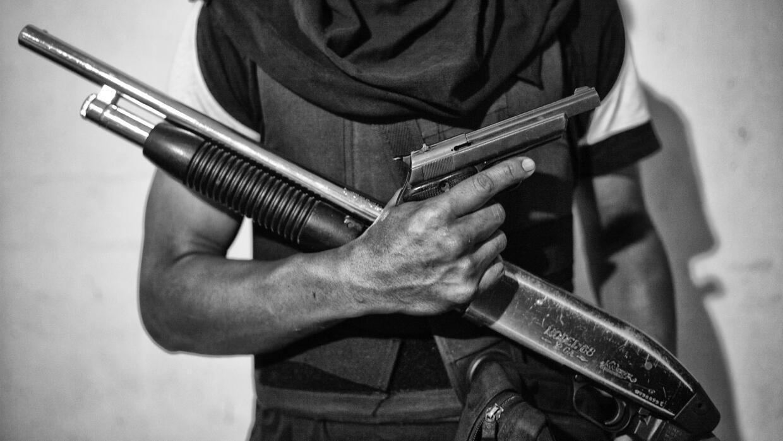 'El Jhonny' posa con sus armas para la fotografía.