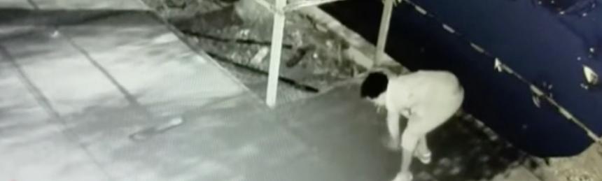 En un video de seguridad quedó evidenciado el momento en que un hombre a...