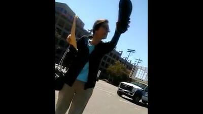 """Zapato en mano, una mujer insulta a un grupo de mexicanos: """"Estúpidos, causen problemas en su país"""""""