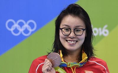 Fu Yuanhui con la medalla de bronce que ganó por sorpresa tras quedar te...