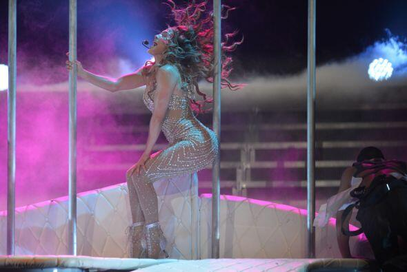 Jennifer interactúa muy bien con el tubo sobre el escenario...