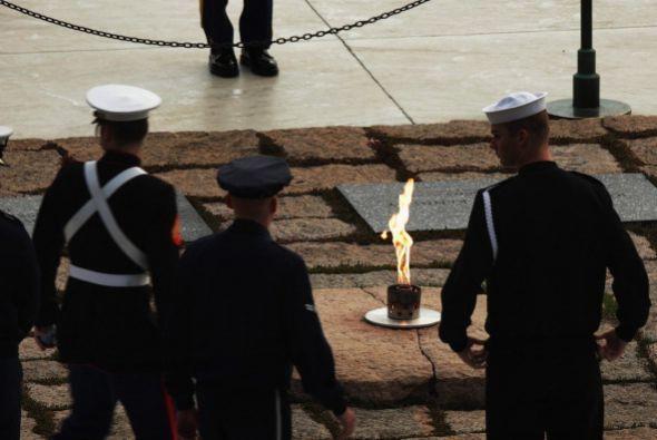 También visitaron el lugar, donde arde una llama eterna, el secretario d...