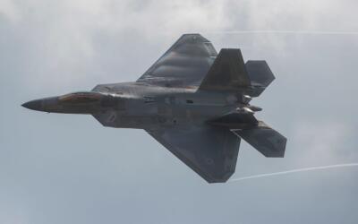 El Raptor F-22 casi choca en pleno vuelo con el caza ruso Sukhoi-25 sobr...