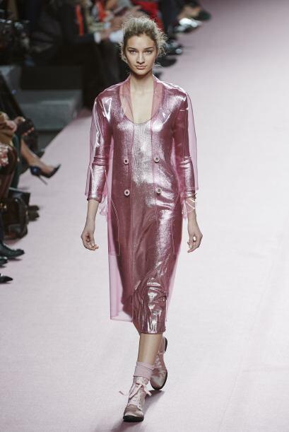El diseñador también empleó telas metalizadas y transparentes.