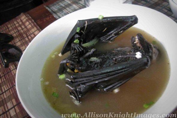 En Tailandia preparan un plato que consiste en poner un murciélago vivo...