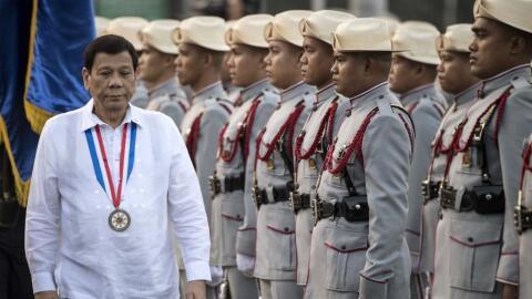 Duterte durante una supervisión de su guardia de honor.