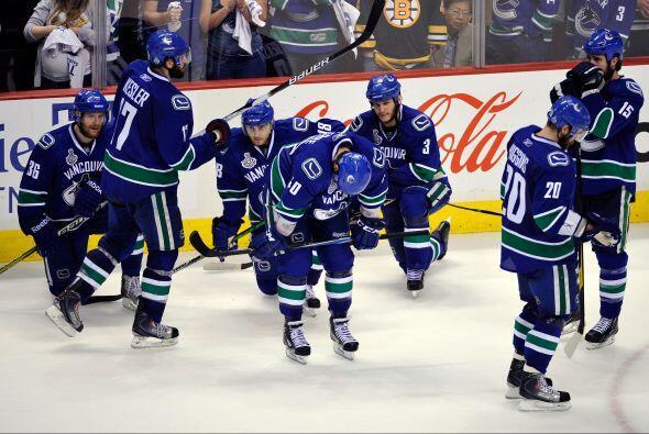 Los Canucks perdieron el séptimo partido ante los Bruins de Boston con m...
