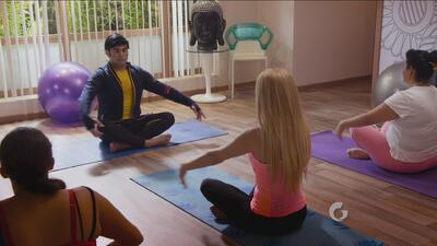 Nosotros los guapos | Albertano como maestro de Yoga