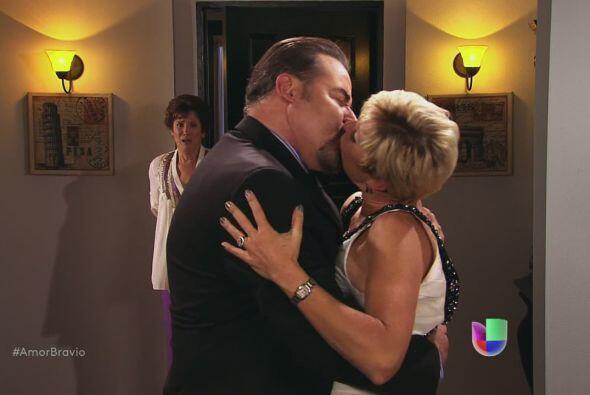 Agustina descubre a Isadora y a Dionisio en un gran beso apasionado.