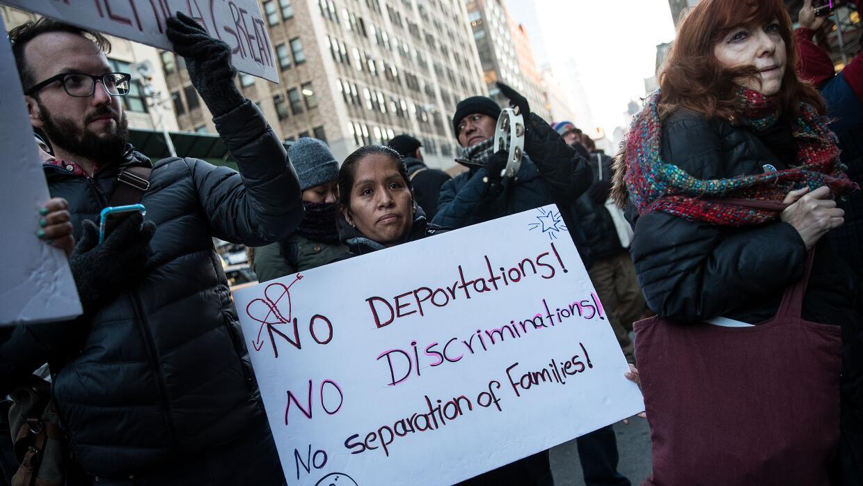 Inmigrantes y  partidarios se reunieron en febrero fuera de la Corte Fed...
