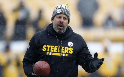 El coordinador ofensivo de los Pittsburgh Steelers Todd Haley ve el cale...