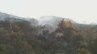 Bomberos continúan luchando por controlar en su totalidad un incendio forestal en Santa Clarita