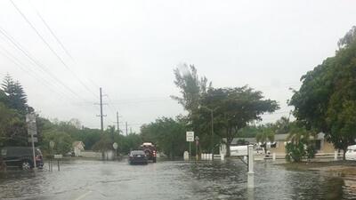 Carreteras mojadas y carros inundados es el saldo de las fuertes lluvias...