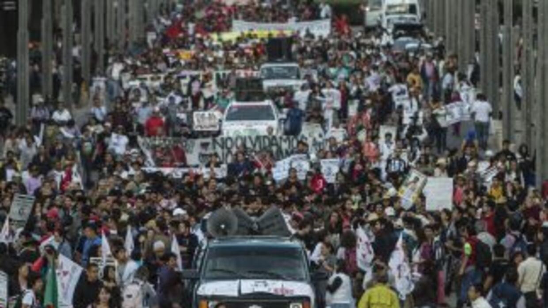 A seis meses de la desaparición de 43 estudiantes, sus familiares claman...