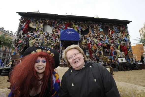 El artista Schult dijo que 'he creado el Beach Garbage Hotel porque los...