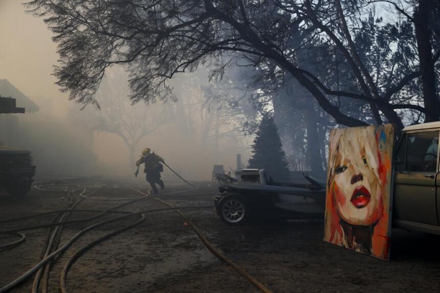 El incendio Skirball destruyó seis mansiones de Bel-Air, un barrio entre...