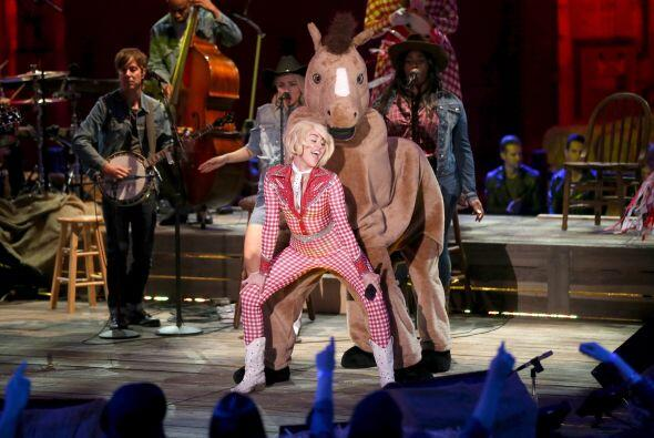 ¿Y ahora hace twerking con un caballo? Miley, creo que te hemos perdido....