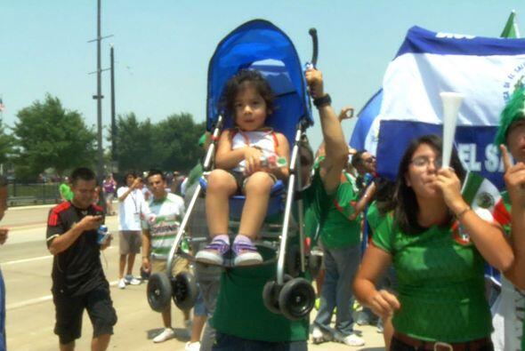 Hasta el carrito del bebé servía para mostrar el apoyo a los colores nac...