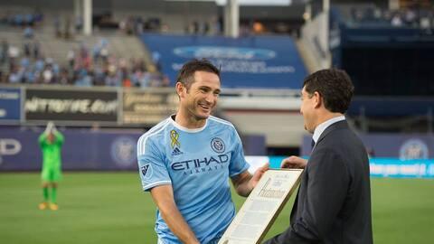 Lampard recibe el documento que declara el homenaje de Nueva York en su...