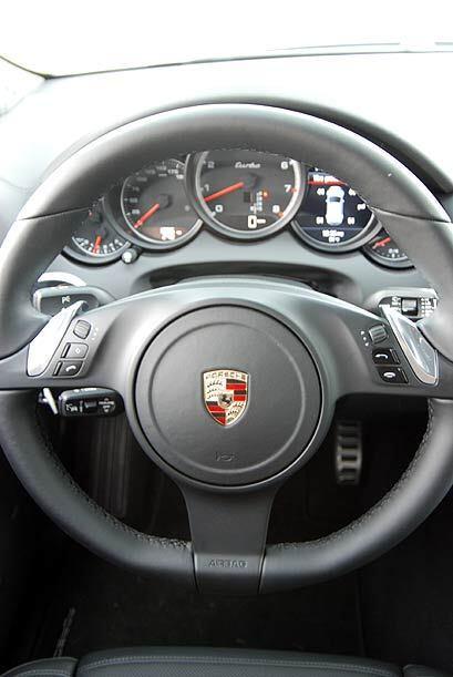 El volante cuenta con las paletas Tiptronic montadas en los costados par...