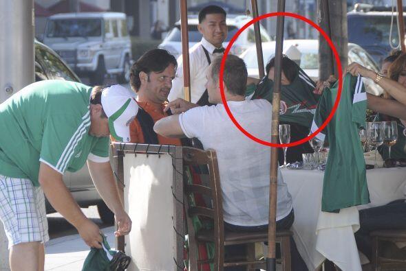 La actriz se reunió con amigos cercanos en un restaurante en Beverly Hil...