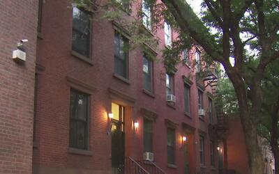 Una niña de 6 años sobrevivió tras caer del segundo piso de un edificio...