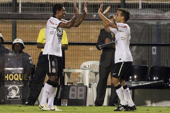 Paulinho, Liedson y Dentinho anotaron los goles de la cómoda victoria qu...