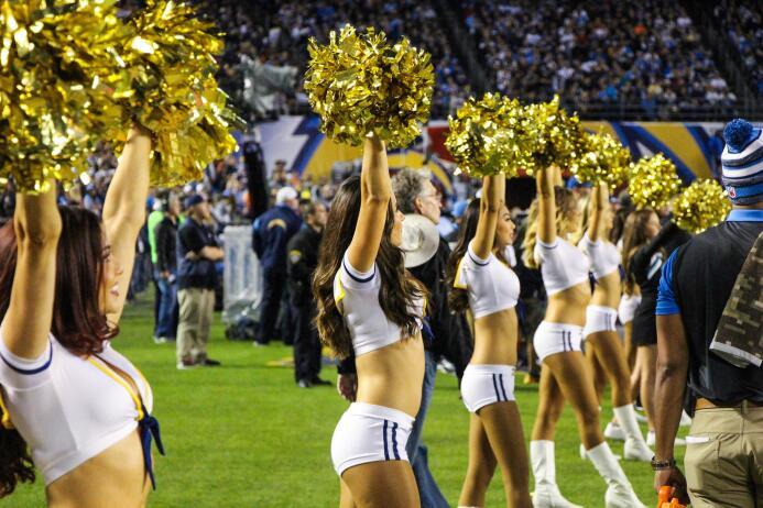 Las bellezas de la NFL también hacen honor a los militares de los Estado...