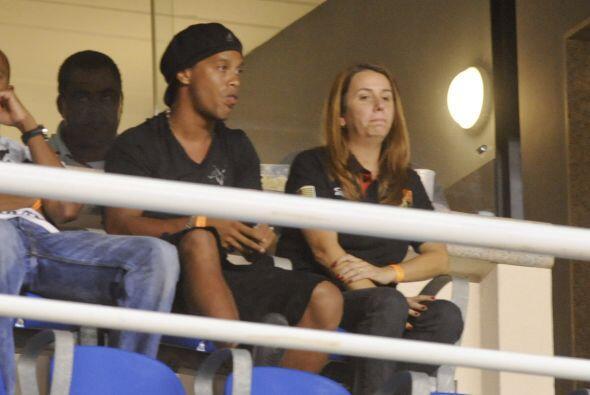 ¿Y Ronaldinho para cuándo? por ahora sigue sin jugar aunque se presenta...